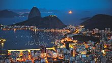 Yachten schaukeln auf dem Wasser der Botafogo-Bucht, eingerahmt vom Strand und dem berühmten Zuckerhut.