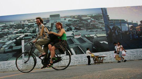Die einen träumen von Reisen per Rad oder zu Fuß, die anderen tun es – manchmal auch nur im Kleinen, wie hier in Peking.