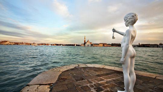 Ein Frosch für die Lagune. Die Skulptur von Charles Ray blickt von der Punta della Dogana auf die Insel Guidecca.