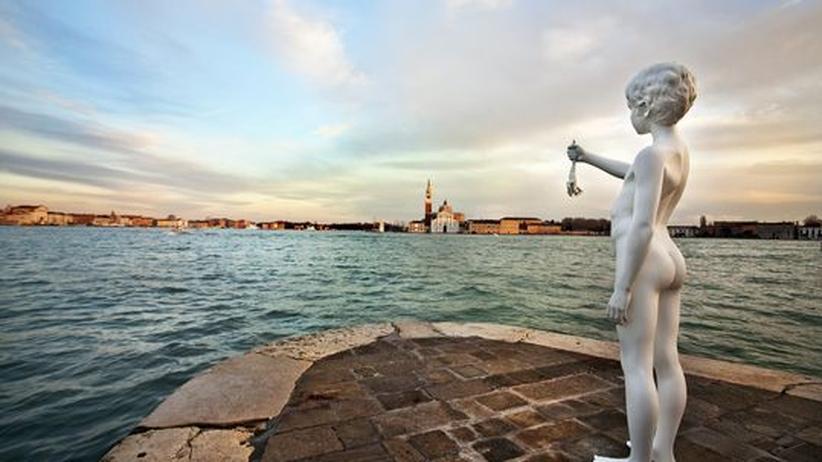 City Guide Venedig: Ein Frosch für die Lagune. Die Skulptur von Charles Ray blickt von der Punta della Dogana auf die Insel Guidecca.
