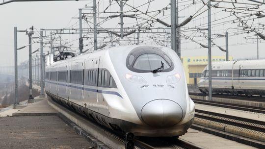 Ein Schnellzug fährt in den Bahnhof im chinesischen Xuchang ein.