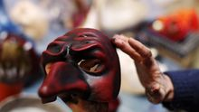 Die Mascheri stellen in Venedig traditionelle Masken wie diese her.