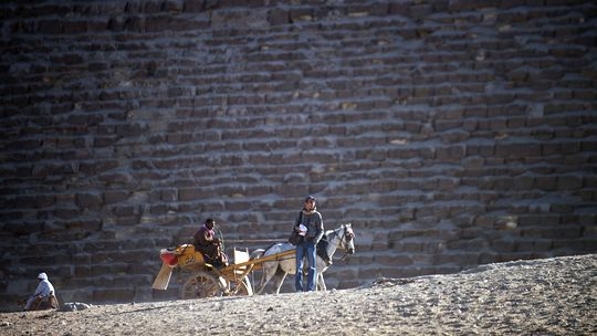 Kutscher warten vor den Pyramiden auf Touristen.