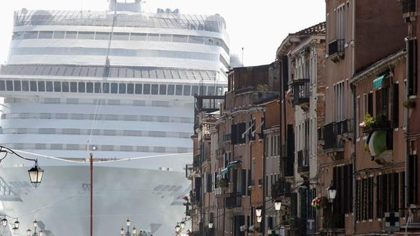 """Venedig: Die """"MSC Divina"""" in der Lagune von Venedig im Juni 2012"""