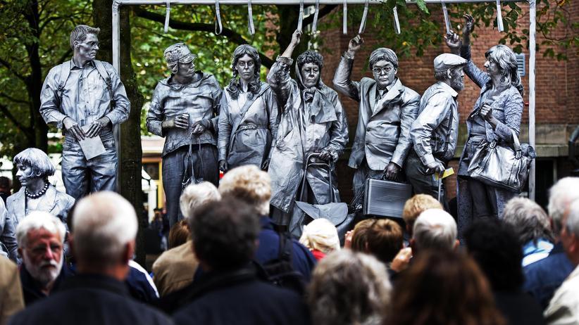 Lebende Statuen in Arnheim : Teilnehmer der WM 2010 posieren als Fahrgäste der Metro.