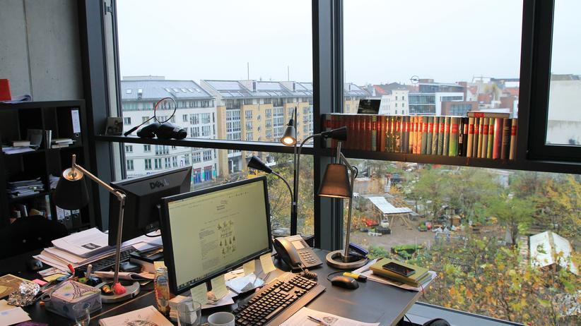 Die Andere Bibliothek: Der Blick aus dem Büro der Anderen Bibliothek geht auf die Kreuzberger Prinzessinnengärten.