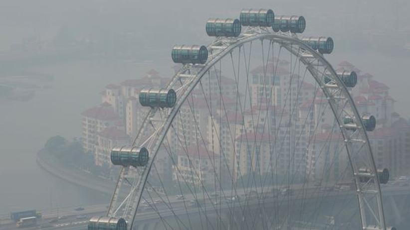 Vom Scheitelpunkt des 165 Meter hohen Singapore Flyer sehen die Passagiere Sumatra und die malayische Südküste.