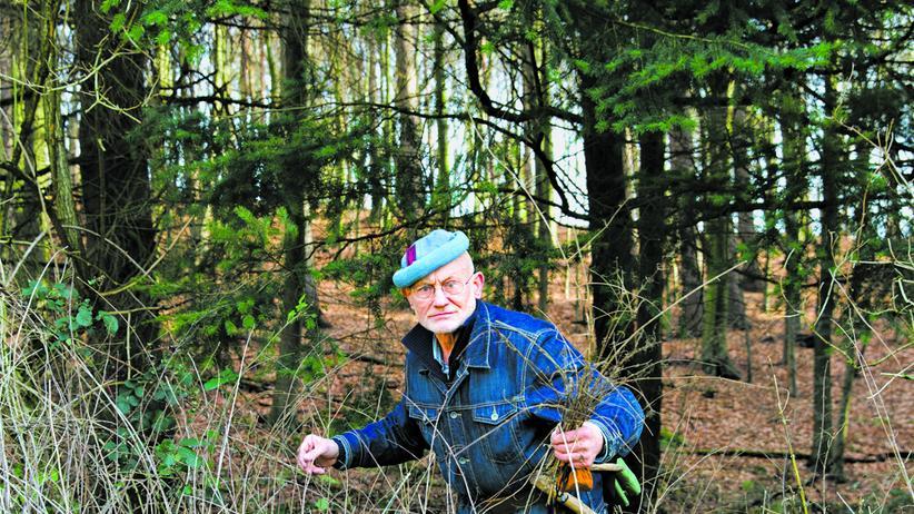 Bielefeld: Rüdiger Nehberg beim Feuerholzsammeln