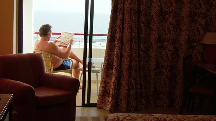 Online-Bewertungen: Hotelgast in seinem Zimmer