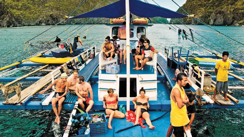 """Philippinen: Für Privatsphäre ist wenig Platz bei 33 Menschen auf dem 25 Meter langen Holzboot """"Aurora II""""."""