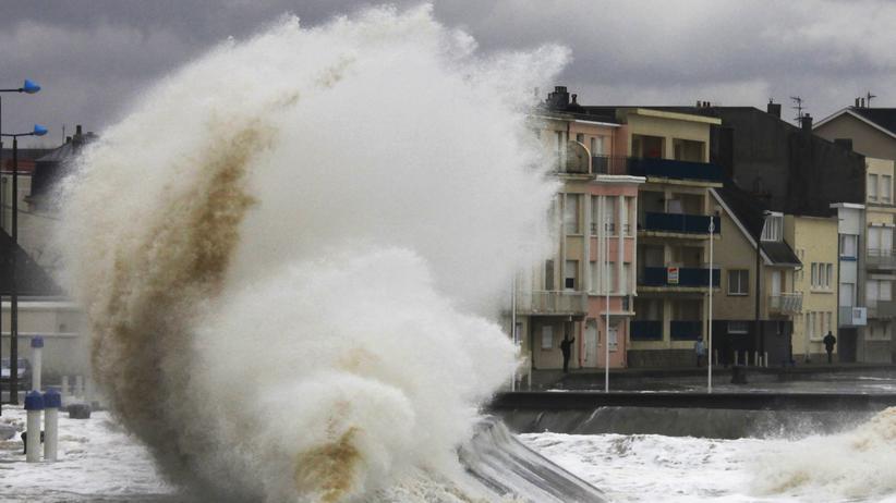 Französische Atlantikküste: Stürme wie dieser an der französischen Atlantikküste sorgen dafür, dass das Land zurückgedrängt wird.