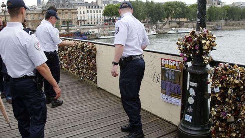Liebesschlösser: Polizsten kontrollieren gesperrten Bereich