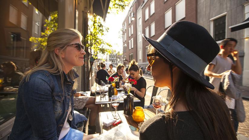 Amsterdam: Gäste vor dem Cafe Wolvenstraat 23