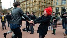 Menschen tanzen auf George Square in Glasgow.
