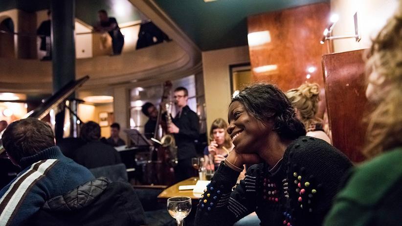 Besucher in der Jazzbar L'Archiduc