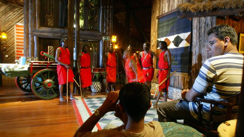 Maasai: In einer Safari-Lodge in der Maasai Mara in Kenia, 2003