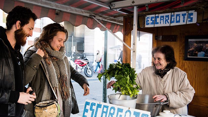 Die Schneckenverkäuferin Marie bei der Arbeit.