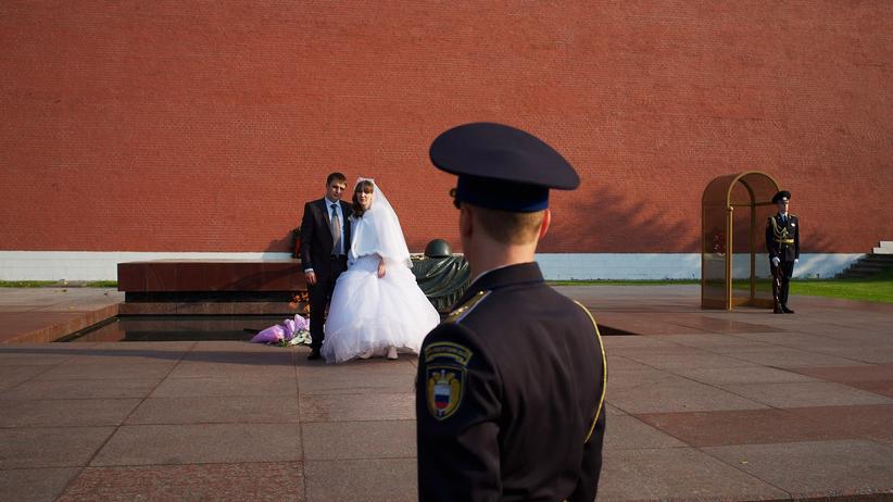 Moskau: Was wäre ein Familienhaushalt ohne Bild vom schönsten Tag des Lebens vor dem Grabmal des unbekannten Soldaten am Kreml?