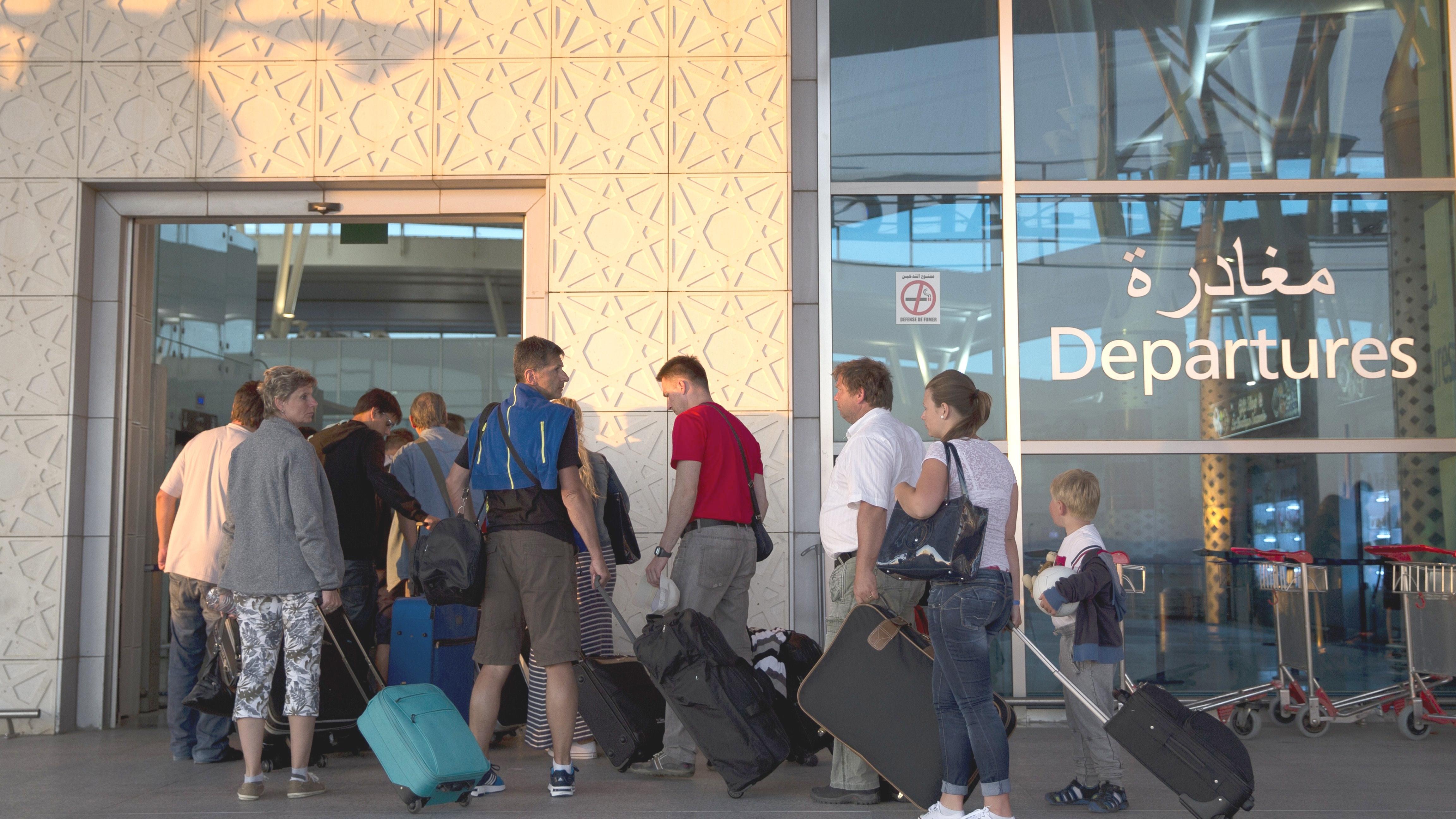 Touristen verlassen Tunesien