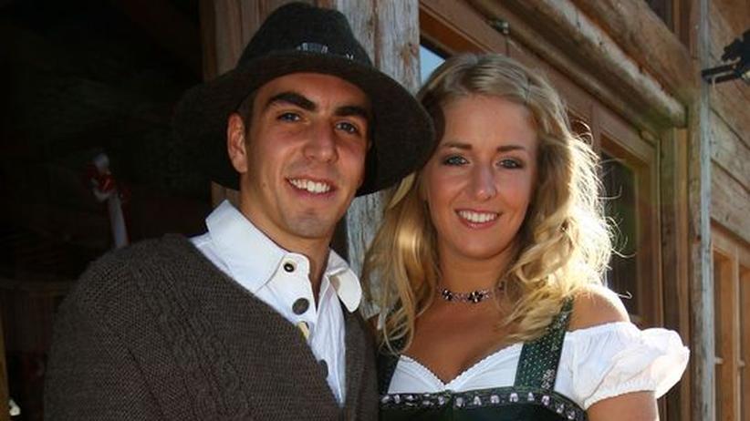 Mir san so froh wenn die Musi spuit - Philipp Lahm und seine Freundin Claudia vor dem Käfer-Zelt