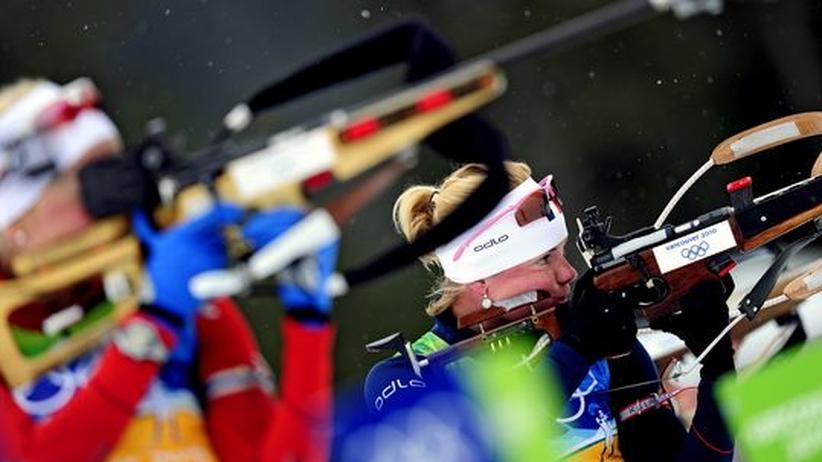 Biathlon in Vancouver: Die Französin Marie Dorin inmitten ihrer Konkurrentinnen