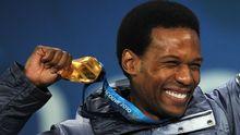 Shani Davis feiert seine Medaille in Vancouver