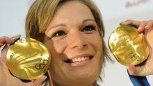 Die Skifahrerin Maria Riesch zeigt ihre zwei gewonnenen Goldmedaillen
