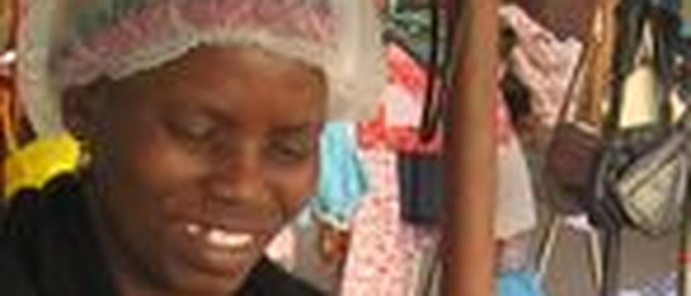 Im Umfeld der WM-Stadien wird sie keine Wurst an den Mann bringen: Eine Verkäuferin von Burenwürsten