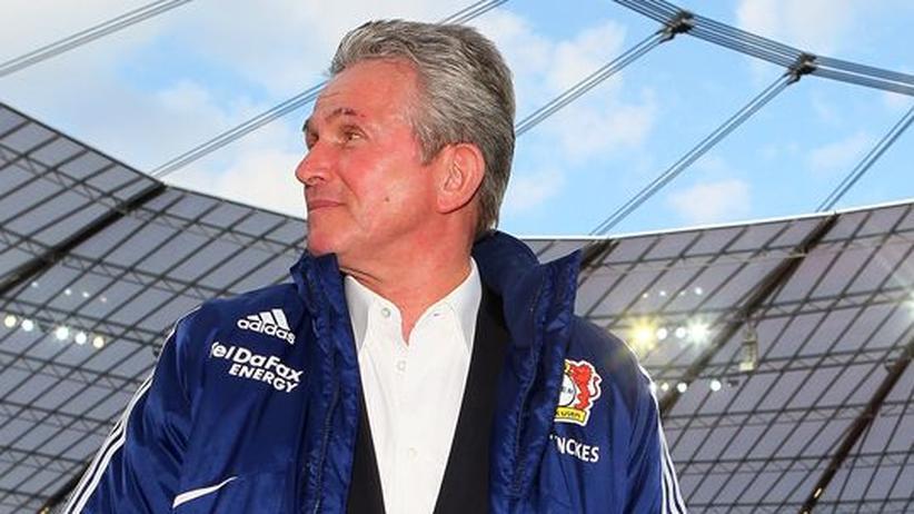 Leverkusens Trainer Jupp Heynckes vor dem Spiel gegen Bayern München