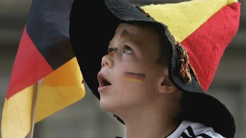 Fasziniert vom Blick auf die Public-Viewing-Leinwand: Ein Fußballfan, der noch einen großen Teil seines Lebens vor sich hat