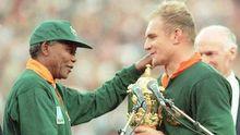 "Nelson Mandela (l.) überreicht  ""Springbok"" Francois Pienaar den Pokal"