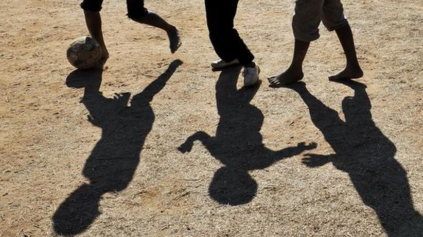 Einheimische Kinder spielen Fußball