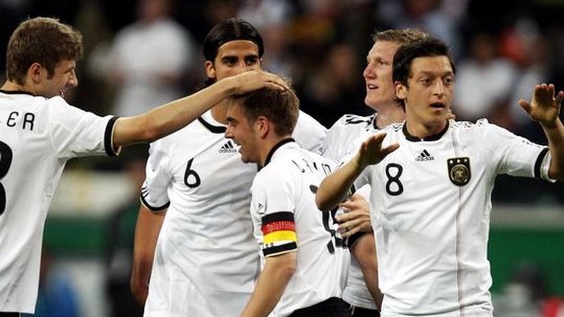 Philipp Lahm wird von seinen Mitspielern nach dem Tor gegen Bosnien-Herzegowina beglückwünscht