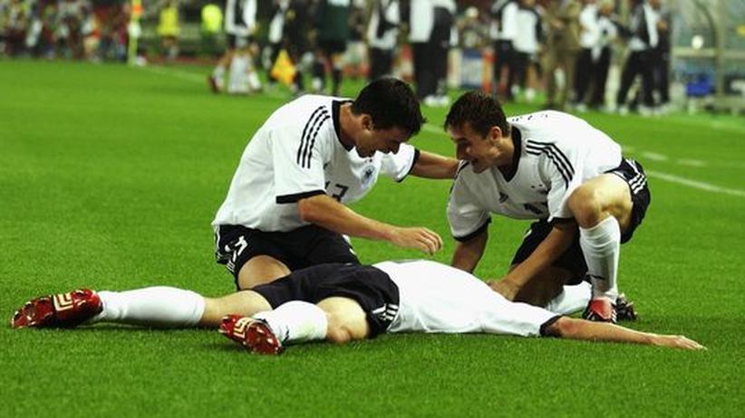 """Marco Bode (liegend) nach dem Tor zum 1:0: """"Nur einmal auf der ersten Seite"""""""
