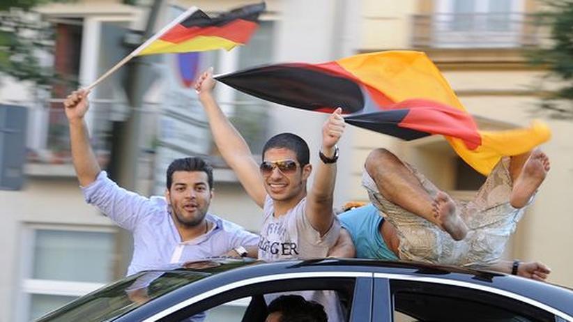 WM 2010: In Deutschland lebende Türken und Araber unterstützen die deutsche Mannschaft.