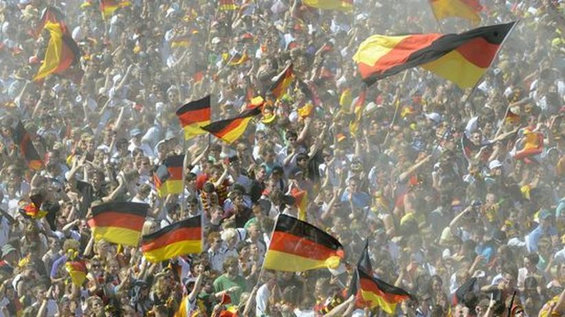 Fahnenmeer der Fans: Nicht in Bloemfontein, sondern beim Public Viewing in Hamburg
