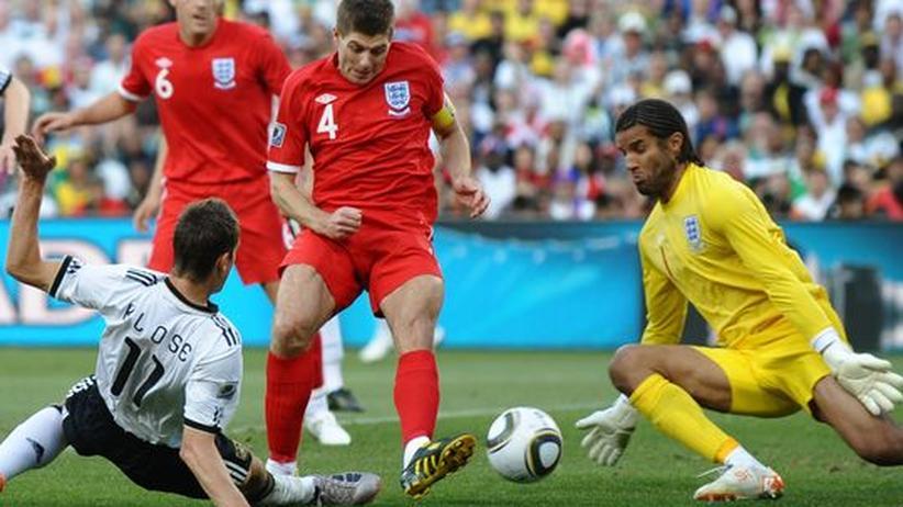 WM-Tagebuch: Tag 17: Miroslav Klose (l.) erzielt die Führung für die deutsche Elf gegen England