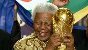 Nelson Mandela im Mai 2004 mit dem Heiligen Gral