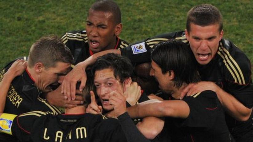 Fussball: Alle haben Mesut Özil (M.) lieb, den Migranten, der Tore schießt