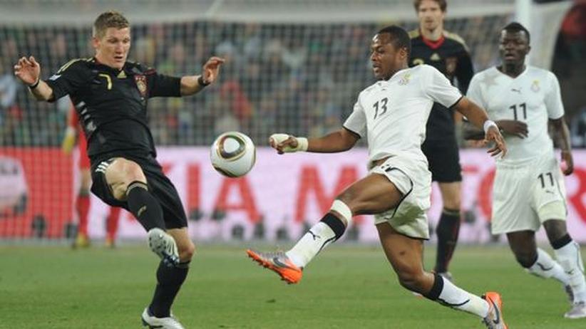 Lenkte das Spiel in die richtige Bahn: Bastian Schweinsteiger (l.) im Zweikampf mit Andre Ayew