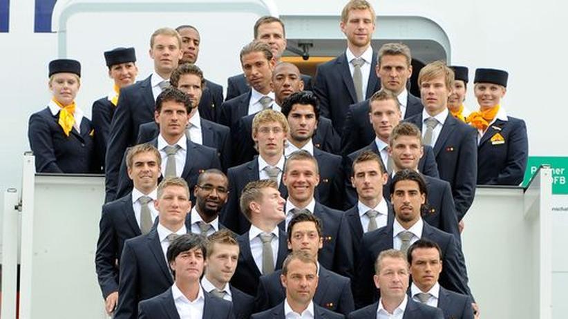 Vor dem großen Flug: Das Nationalteam steht am Eingang des A380