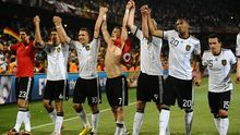 Zum Abschied wollen die deutschen Spieler noch einmal jubeln