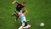 Auf dem Weg zum Superstar: Leichtfüßig setzt sich Philipp Lahm gegen Maxi Rodriguez durch