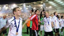 Die deutschen Spieler um Kapitän Michael Ballack (M.) genießen nach dem Spiel um Platz drei die Ovationen der Fans