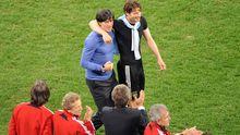 Applaus: Bundestrainer Joachim Löw und Arne Friedrich (r.) genießen den Triumph gegen über Argentinien