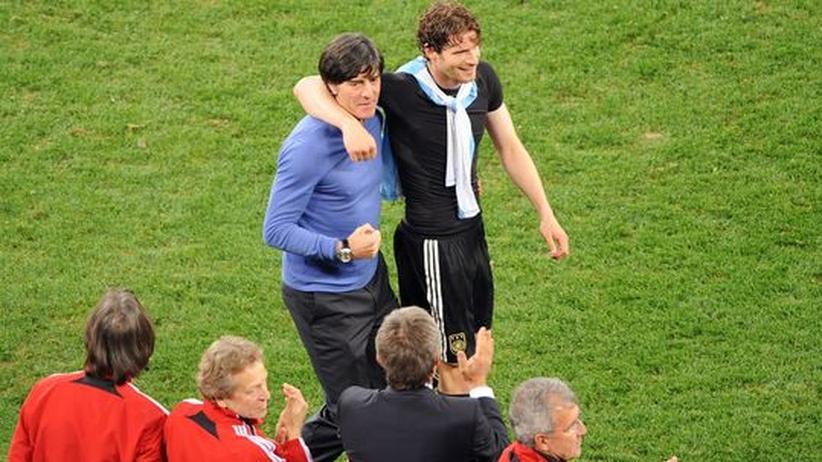 Deutschland – Argentinien: Applaus: Bundestrainer Joachim Löw und Arne Friedrich (r.) genießen den Triumph gegen über Argentinien