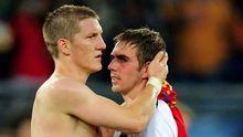 Bastian Schweinsteiger (l.) und Philipp Lahm trösten sich nach der Niederlage
