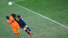 Spanien beherrscht Ball und Raum: Hier Carles Puyol gegen Robin van Persie