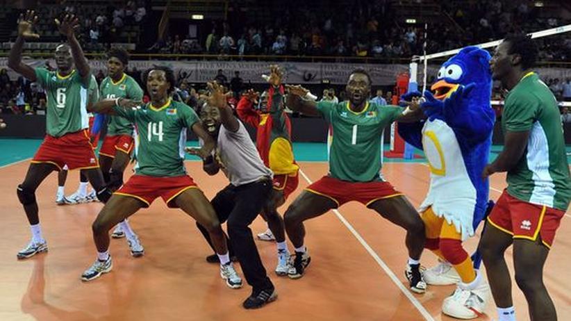 """Kameruns Volleyballer: """"Wir trainieren auf Zement oder Asphalt"""""""