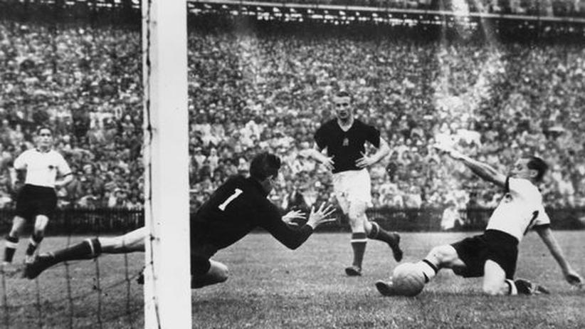 Szene aus dem WM-Finale 1954 zwischen Deutschland und Ungarn
